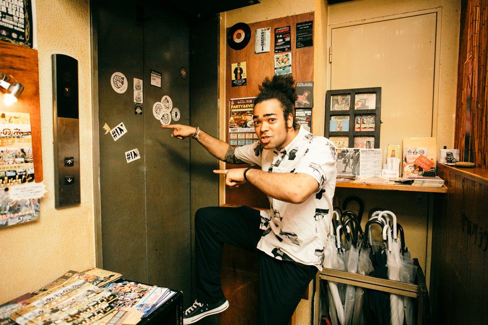 エレベーター前でポーズを決めるカディオ